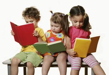 Детские книги популярны среди малышей.